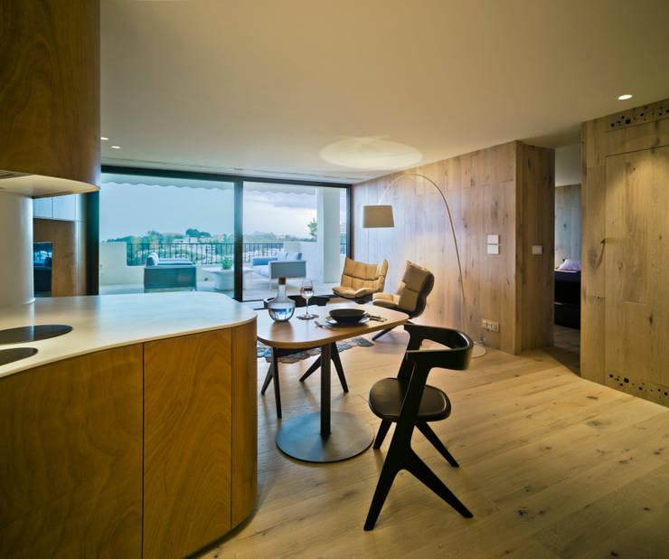 Casa Weston: Salones de estilo mediterráneo de WOHA arquitectura