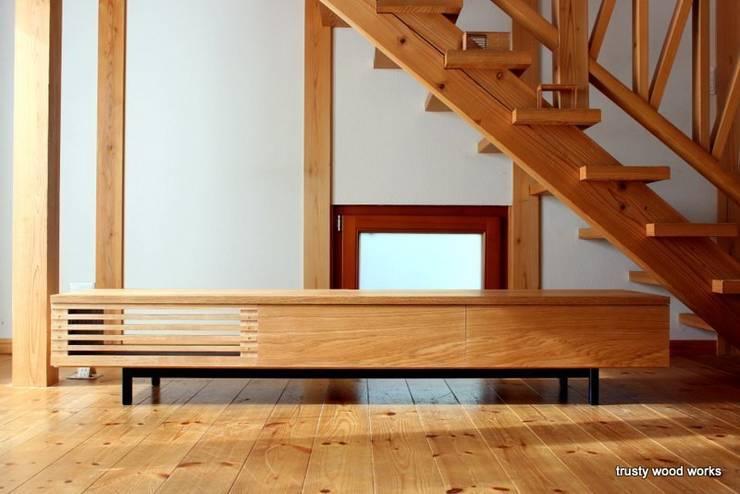 TV boad: trusty wood worksが手掛けた折衷的なです。,オリジナル