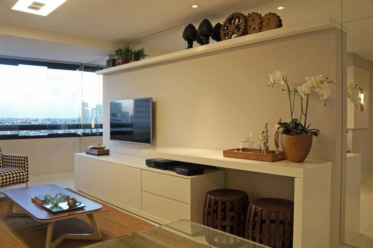 home + aparador: Sala de estar  por Ju Nejaim Arquitetura