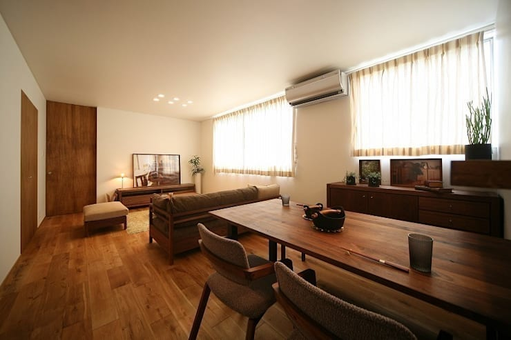 Salones de estilo moderno de zuiun建築設計事務所 / 株式会社 ZUIUN Moderno