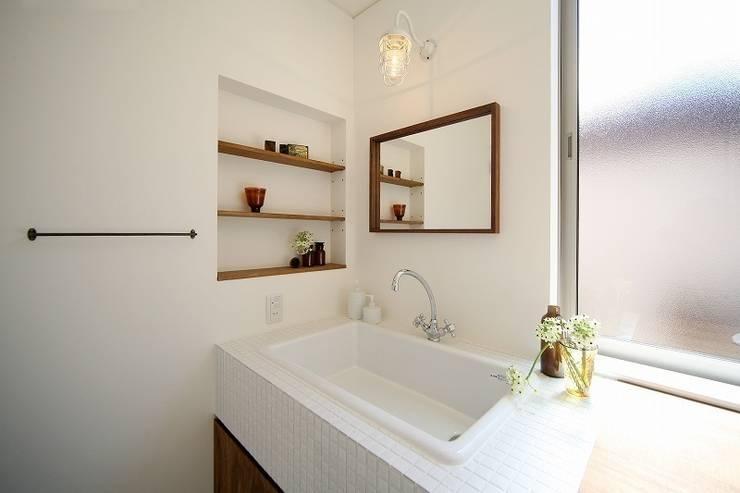 Baños de estilo  por zuiun建築設計事務所 / 株式会社 ZUIUN