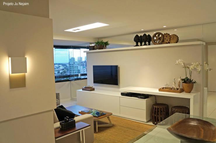 iluminação na sala: Sala de estar  por Ju Nejaim Arquitetura