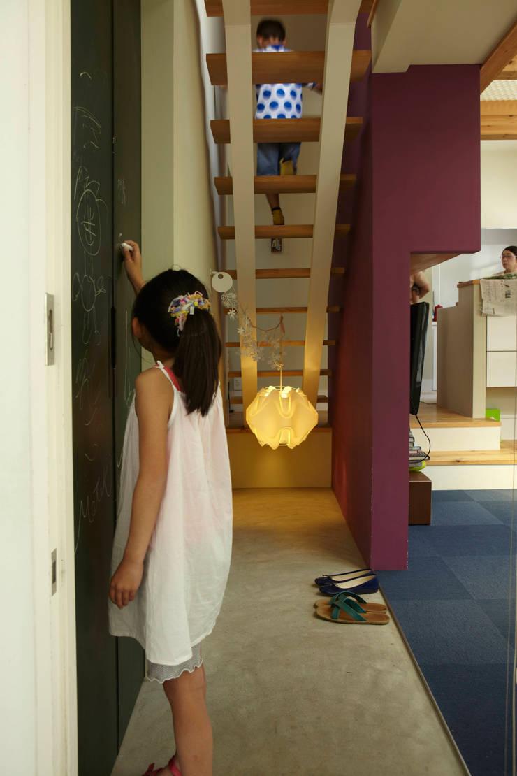 9坪ハウス+α: nido architects 古松原敦志一級建築士事務所が手掛けた廊下 & 玄関です。