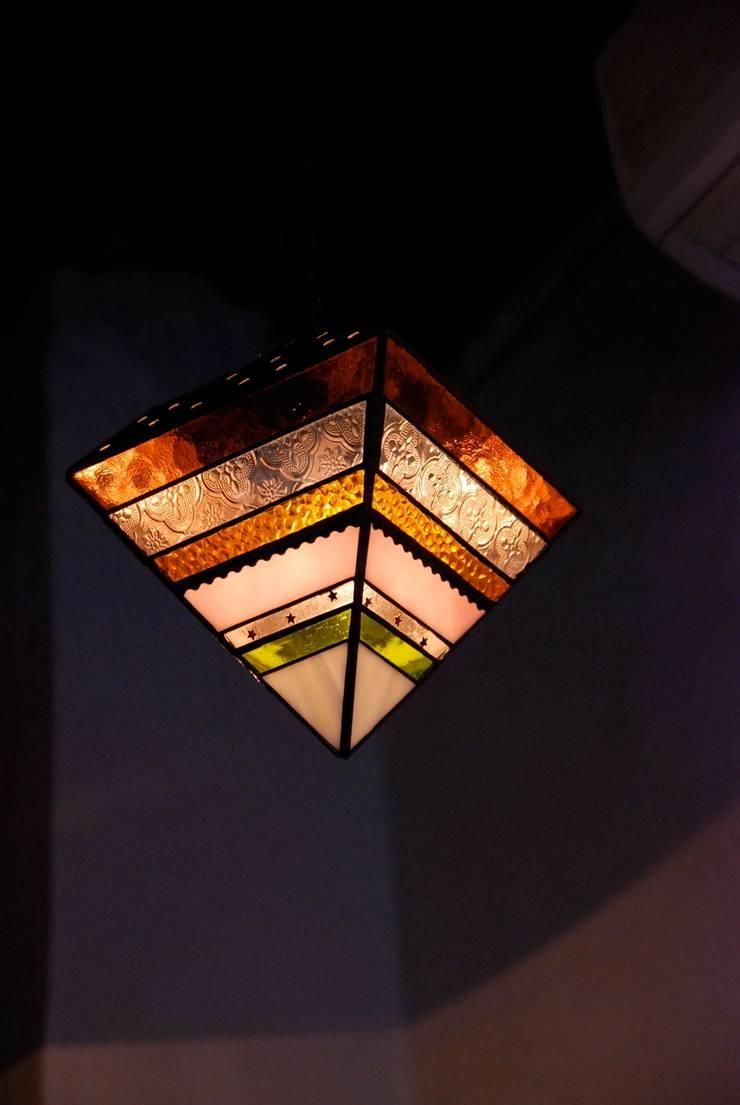 Rainbow lamp: contemporary glass nidoが手掛けた素朴なです。,ラスティック