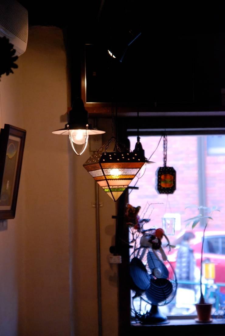 店内: contemporary glass nidoが手掛けた素朴なです。,ラスティック