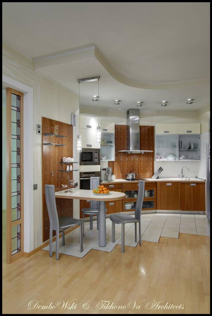 Cовременный интерьер с художественными деталями.: Кухни в . Автор – D&T Architects