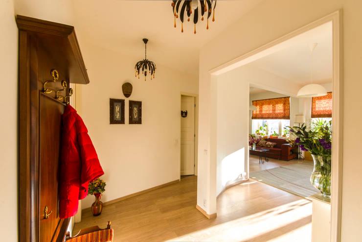 """""""Шутливый дизайн"""" - квартира в Москве: Коридор и прихожая в . Автор – D&T Architects"""