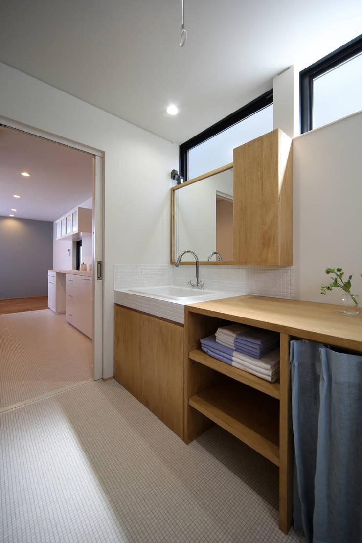 アンティークドアの家 / zuiun: zuiun建築設計事務所 / 株式会社 ZUIUNが手掛けた浴室です。,