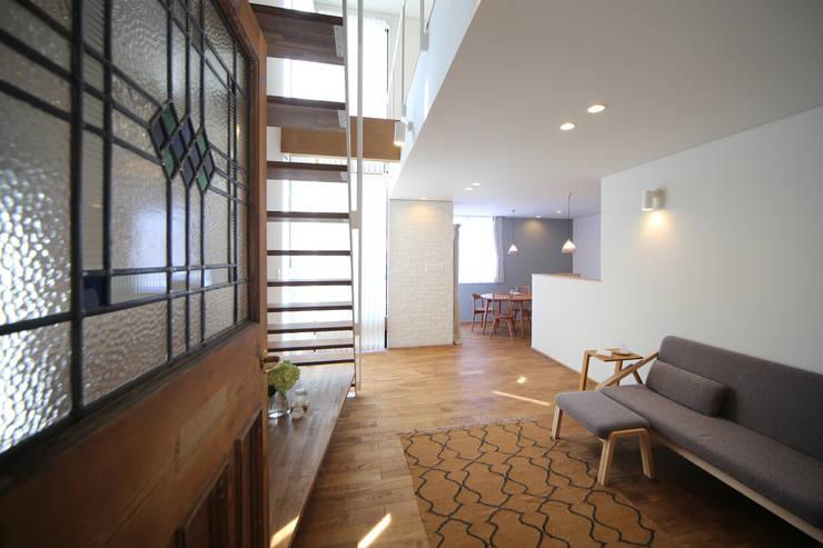 アンティークドアの家 / zuiun: zuiun建築設計事務所 / 株式会社 ZUIUNが手掛けたリビングです。,