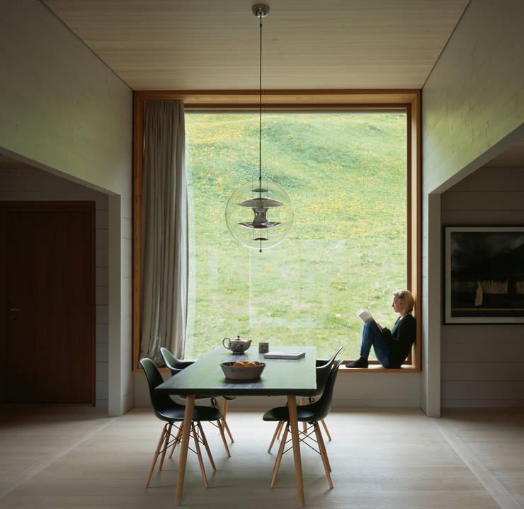 Zwei Häuser in Leis -Vals, CH :  Esszimmer von Simona Pribeagu Schmid, dipl. Architektin AAM