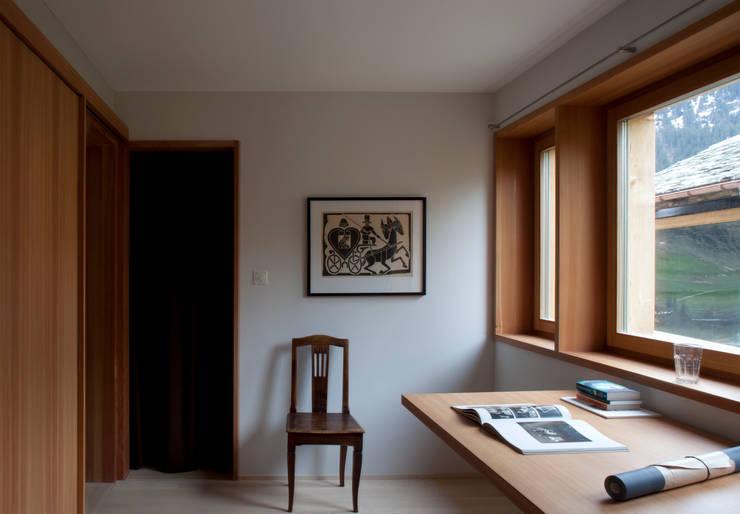 Zwei Häuser in Leis -Vals, CH :  Arbeitszimmer von Simona Pribeagu Schmid, dipl. Architektin AAM