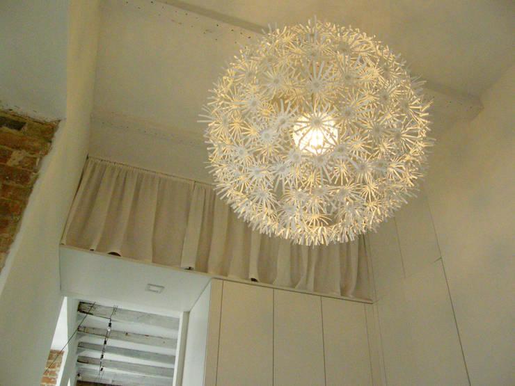 Mieszkanie w kamienicy: styl , w kategorii Garderoba zaprojektowany przez Mint&Brisk,Skandynawski
