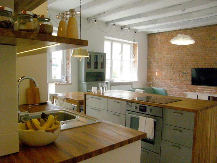 Mieszkanie w kamienicy: styl , w kategorii Kuchnia zaprojektowany przez Mint&Brisk,Skandynawski