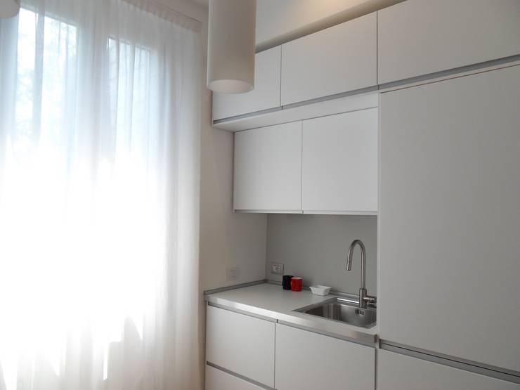 minimalistische Woonkamer door gk architetti  (Carlo Andrea Gorelli+Keiko Kondo)