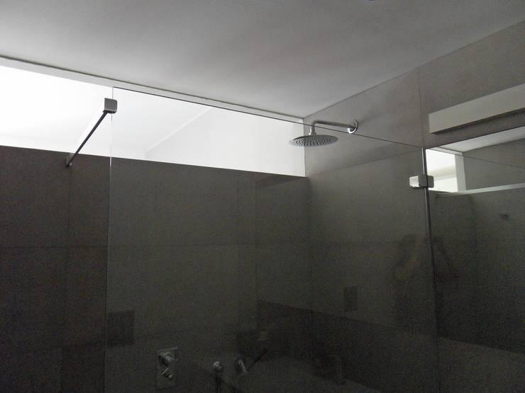 Kamar Mandi oleh gk architetti  (Carlo Andrea Gorelli+Keiko Kondo), Minimalis