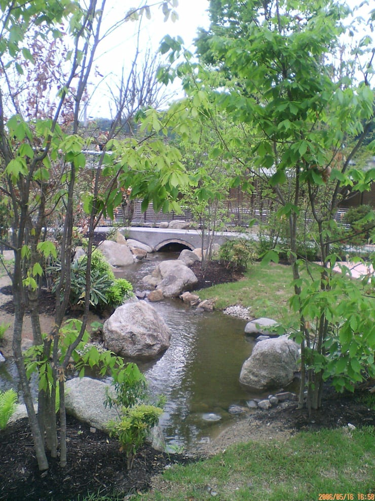 流れとアーチ橋: アート・ボー・エントランスが手掛けた庭です。,クラシック