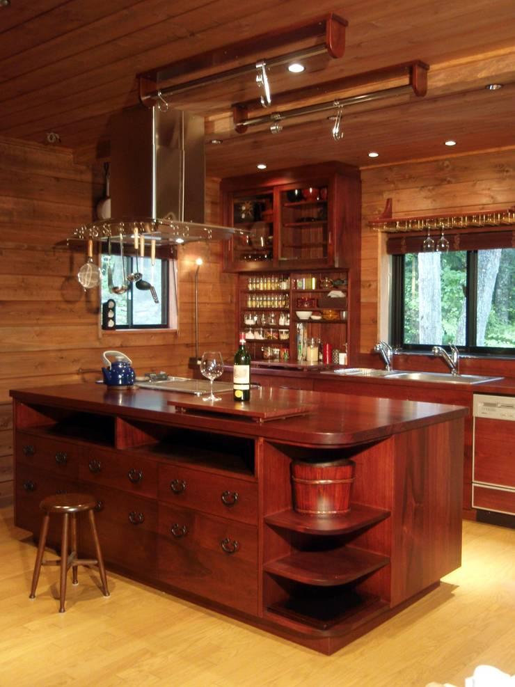 A様邸クルミ無垢材オーダーキッチン全体写真: 一枚板テーブルと無垢材家具・キッチンの祭り屋が手掛けたキッチンです。