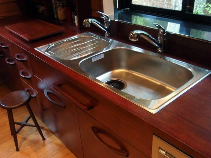 2つのオーバーカウンターシンク: 一枚板テーブルと無垢材家具・キッチンの祭り屋が手掛けたキッチンです。