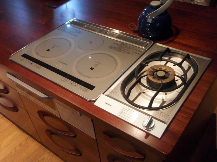 無垢材天板にIHコンロ+強化力のガスコンロを設置: 一枚板テーブルと無垢材家具・キッチンの祭り屋が手掛けたキッチンです。