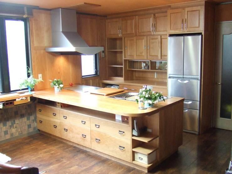 アメリカンチェリー材ですべて制作 キッチンリフォーム後: 一枚板テーブルと無垢材家具・キッチンの祭り屋が手掛けたキッチンです。