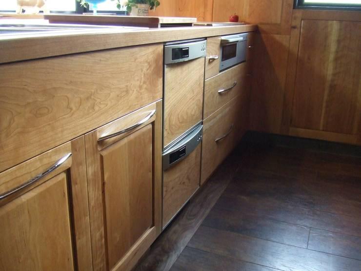 リフォーム後 アメリカンチェリー材キッチン 2: 一枚板テーブルと無垢材家具・キッチンの祭り屋が手掛けたキッチンです。