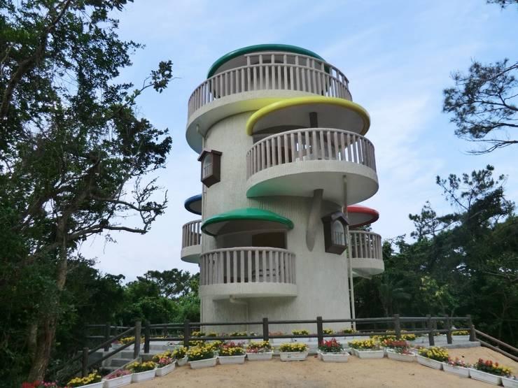 巨木の隠れ家: (株)スペースデザイン設計(一級建築士事務所)が手掛けたテラス・ベランダです。