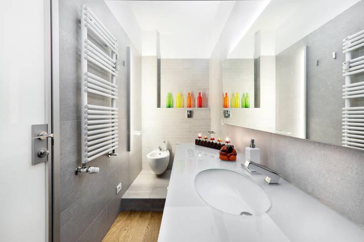 il bagno ospiti: Bagno in stile  di 23bassi studio di architettura