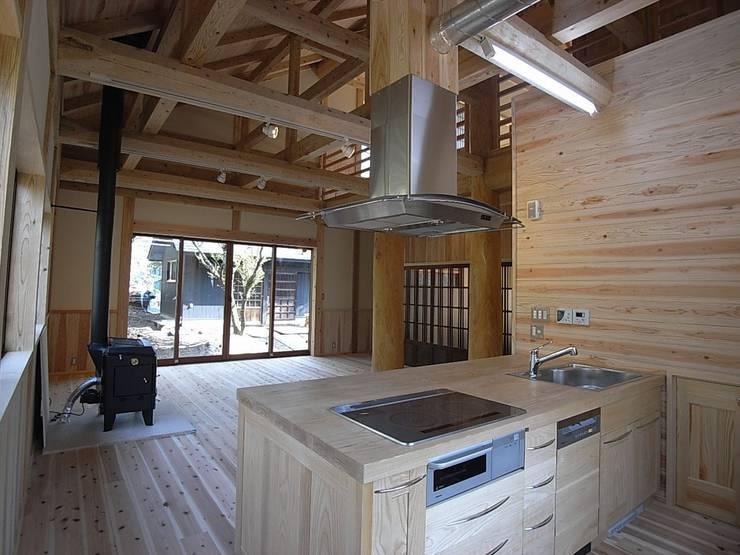 2本の柱を家の中心に組み上げた木材が重厚: 一枚板テーブルと無垢材家具・キッチンの祭り屋が手掛けたキッチンです。