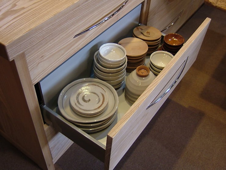 重たい和食器に耐える強度の引き出し: 一枚板テーブルと無垢材家具・キッチンの祭り屋が手掛けたキッチンです。
