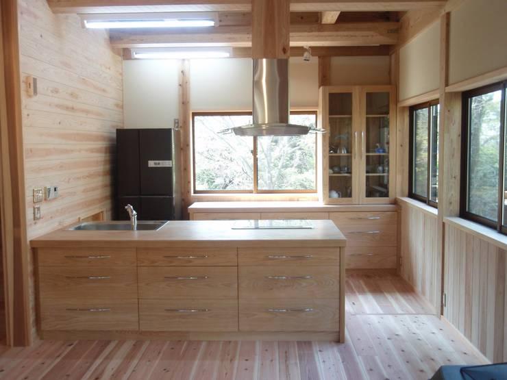 アメリカンアッシュ(タモ材)の重厚なキッチン: 一枚板テーブルと無垢材家具・キッチンの祭り屋が手掛けたキッチンです。