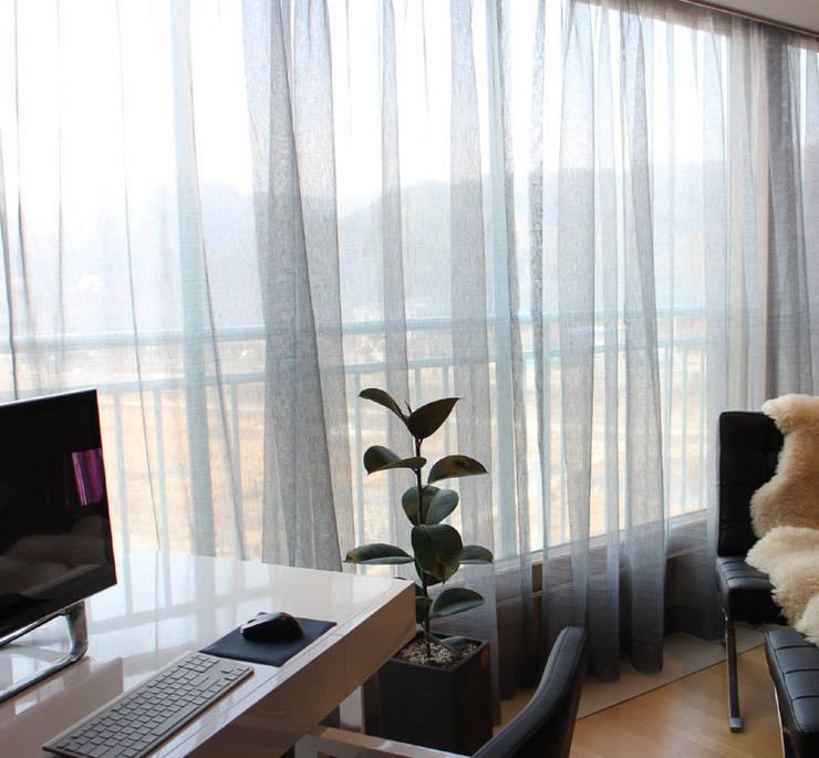 Living Room Curtain: 모린홈의  거실