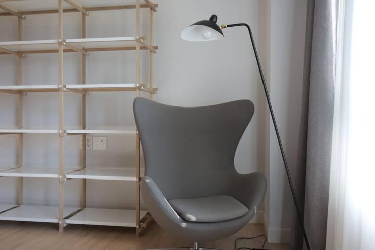 거실 의자 (After): 1204디자인의 미니멀리스트 ,미니멀