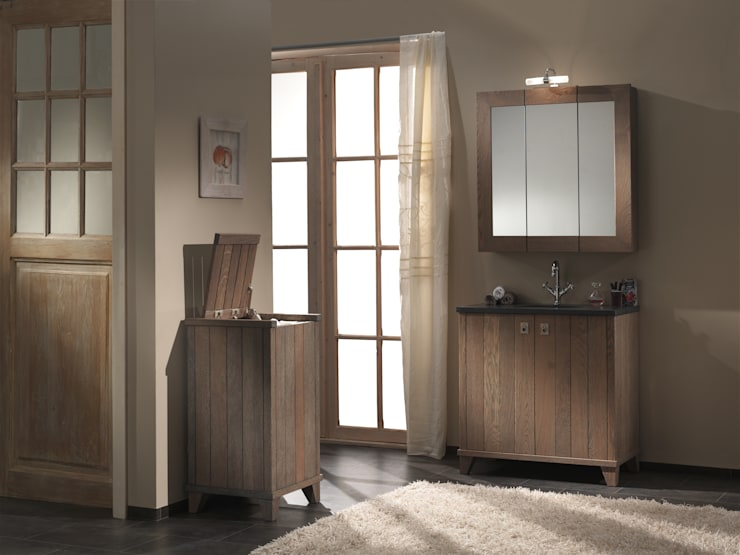Klappspiegel aus massiver Eiche: landhausstil Badezimmer von F&F Floor and Furniture