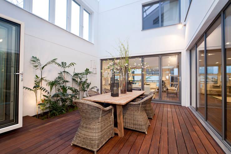 Jardines de invierno de estilo  por ELK Fertighaus GmbH