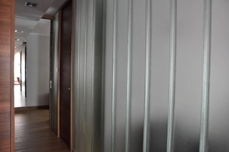 apartament w Poznaniu: styl , w kategorii Korytarz, przedpokój zaprojektowany przez ENDE marcin lewandowicz,Nowoczesny