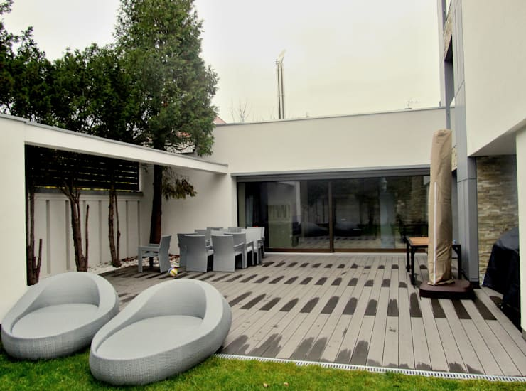 Taras z szarej deski: styl , w kategorii Ogród zaprojektowany przez Tarasy-drewniane- Dorota Maciejewska