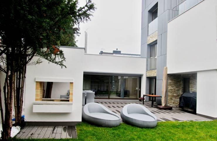 Taras z szarej deski: styl , w kategorii Taras zaprojektowany przez Tarasy-drewniane- Dorota Maciejewska,Nowoczesny