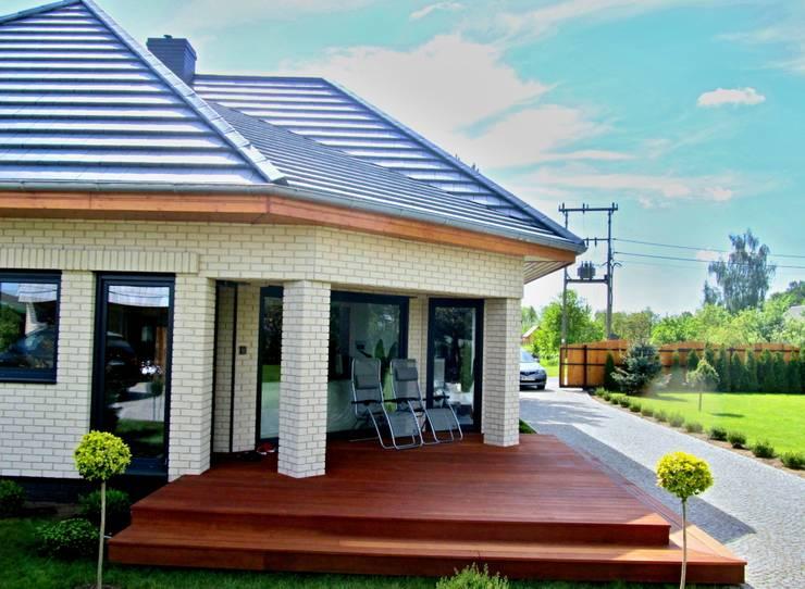 Taras przy domku letniskowym: styl , w kategorii Ogród zaprojektowany przez Tarasy-drewniane- Dorota Maciejewska,Rustykalny