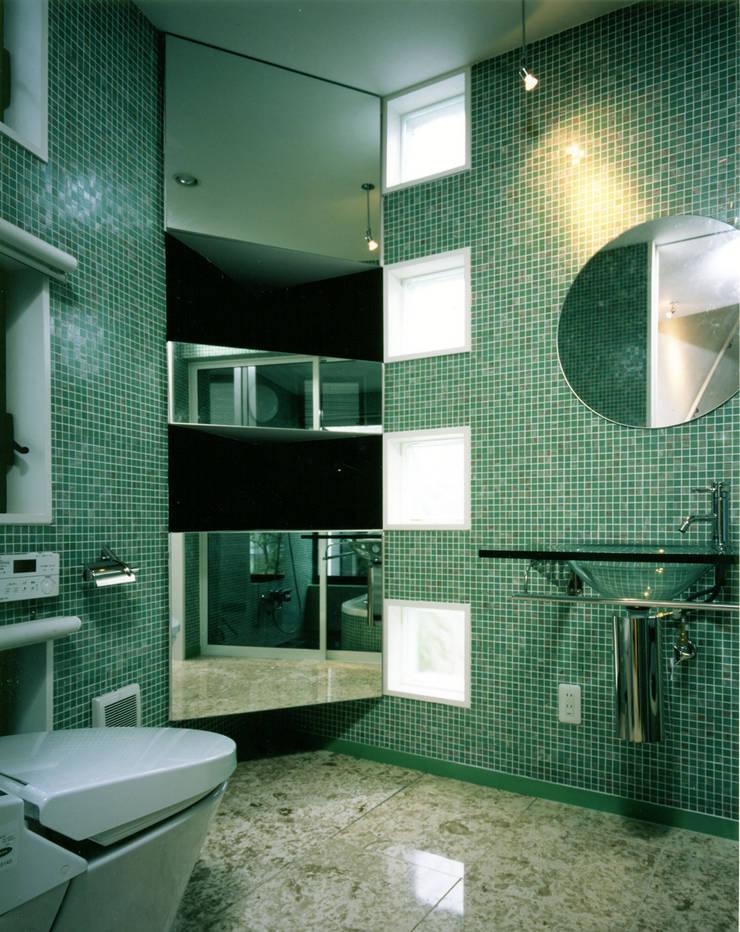 アンダンテの家: 加藤將己/将建築設計事務所が手掛けた洗面所&風呂&トイレです。