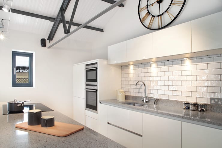 The Cow Shed Barn Conversion Kitchen:  Kitchen by in-toto Kitchens Design Studio Marlow