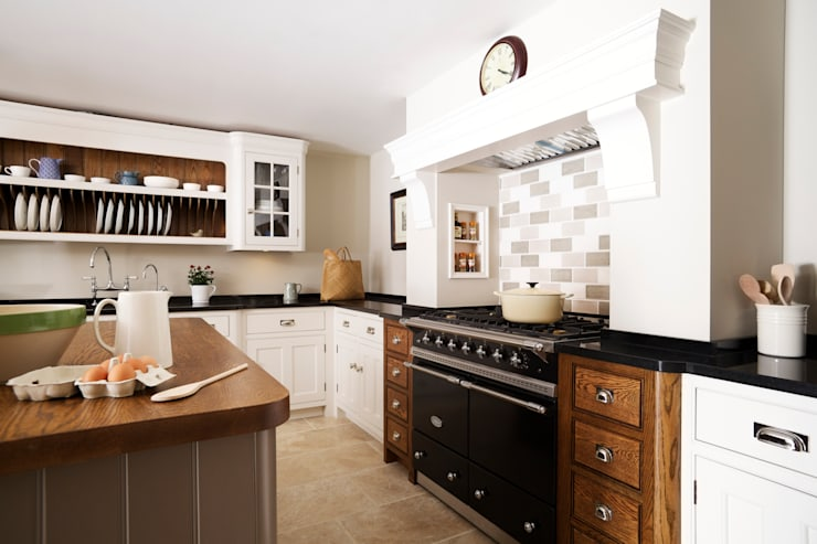 Nickleby | Felsted | Bespoke Classic Contemporary Kitchen:  Kitchen by Humphrey Munson