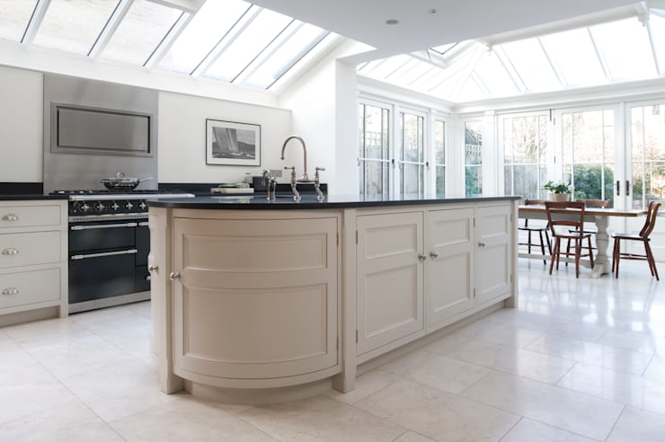Barnes Townhouse | Simple, White & Bright Classic Contemporary London Kitchen: classic Kitchen by Humphrey Munson