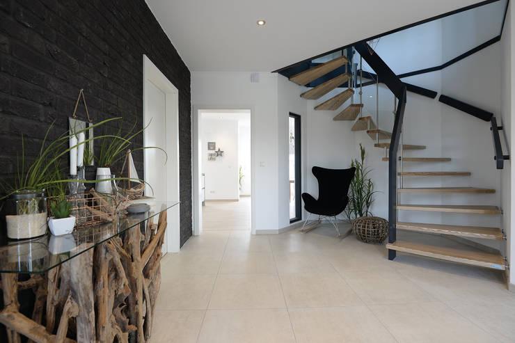 Corridor & hallway by Danhaus GmbH