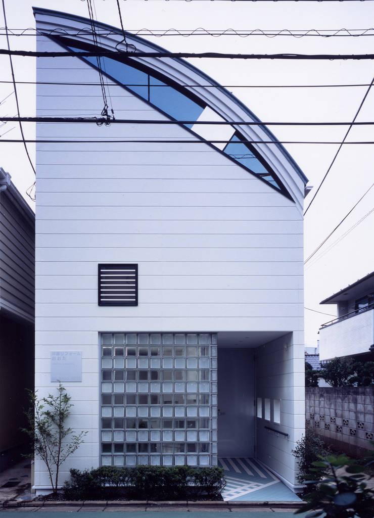 正面のガラスブロックはトーメイと指向性の横ストライプでショップの様子が: 加藤將己/将建築設計事務所が手掛けた家です。