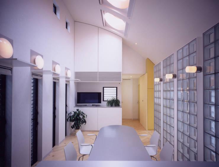 関町東の家: 加藤將己/将建築設計事務所が手掛けたリビングルームです。