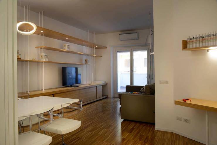 casa in via di Valle Corteno: Soggiorno in stile  di studio di architettura Comes Del Gallo