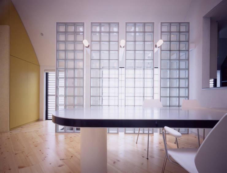 バイアスに貼られた北欧のパインの床はほんのり床暖房: 加藤將己/将建築設計事務所が手掛けた玄関&廊下&階段です。