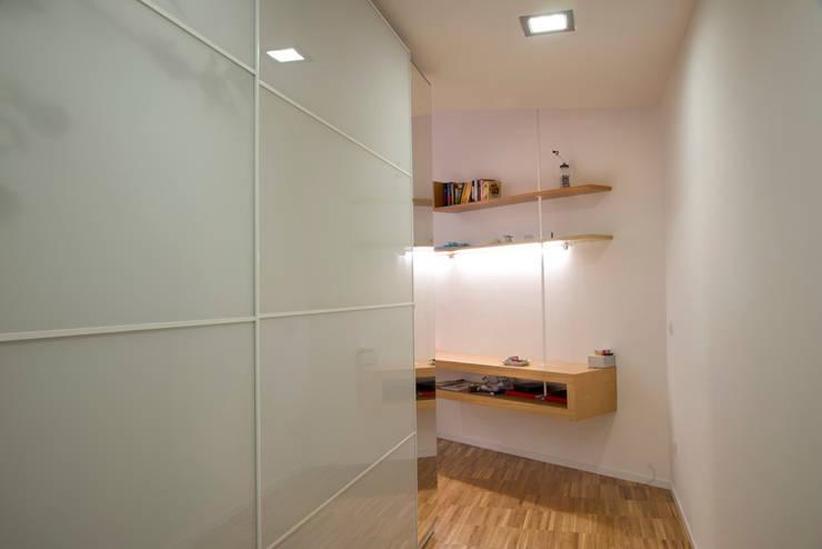 casa in via di Valle Corteno: Spogliatoio in stile  di studio di architettura Comes Del Gallo