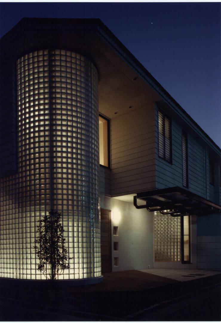 下目黒の家: 加藤將己/将建築設計事務所が手掛けた玄関&廊下&階段です。