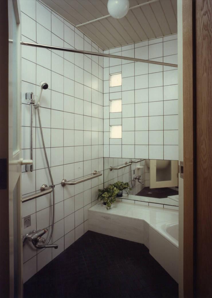 下目黒の家: 加藤將己/将建築設計事務所が手掛けた洗面所&風呂&トイレです。